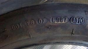 Mit jelent a gumiabroncs oldalán a DOT szám ?
